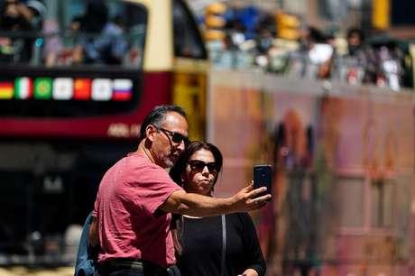 Pessoas tiram foto sem máscaras em Nova York  14/5/2021   REUTERS/Carlo Allegri
