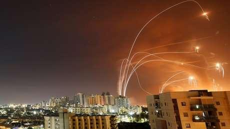 Faixas de luz são vistas em Ashkelon no momento em que o sistema antimísseis Domo de Ferro de Israel intercepta foguetes lançados de Gaza