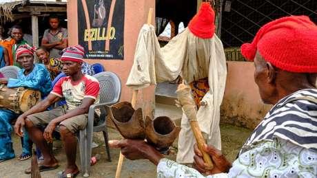 Existem fortes laços de parentesco entre os igbo e algumas divergências são resolvidas em reuniões de aldeia como esta