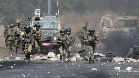 Militares israelenses entram em confronto com manifestantes na Cisjordânia no que já é a mais grave onda de violência na região desde 2014