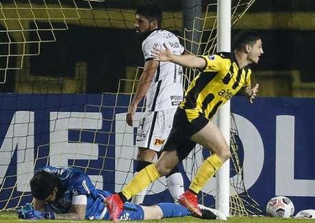 Bruno Méndez lamentou levar quatro gols do Peñarol atuando pelo Corinthians (Foto: MARIANA GREIF / AFP / POOL)