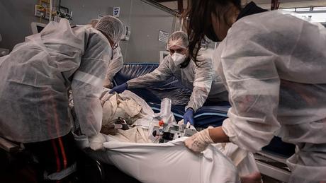 O surgimento de novas variantes do coronavírus ajuda a explicar o colapso, mas essas novas versões não são as principais culpadas pela crise