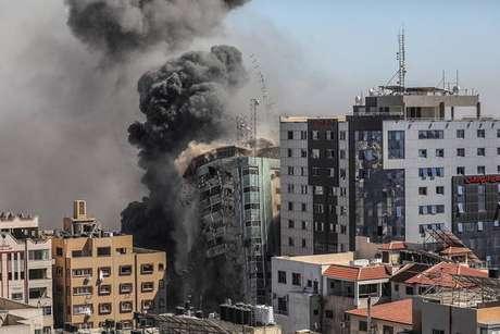 Momento em que o prédio foi atingido em Gaza