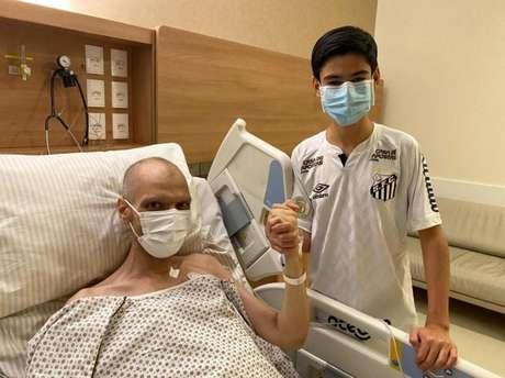Filho sempre visitava Covas no hospital com a camisa do Santos (Reprodução / Twitter)