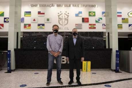 Landim e Caboclo posam para foto na sede da CBF, no Rio (Foto: Divulgação)