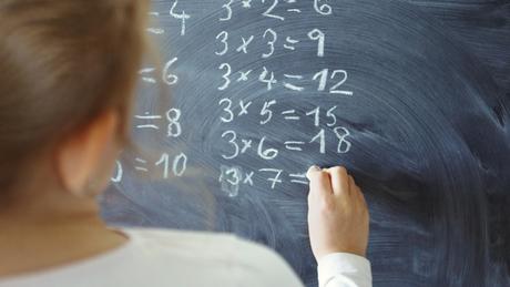 A conjectura abc expressa uma ligação entre a soma e a multiplicação de números inteiros que é tão elementar quanto profunda