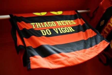 Modelo de uma das camisas do elenco divulgadas pelo Sport (Foto: Divulgação/Sport)
