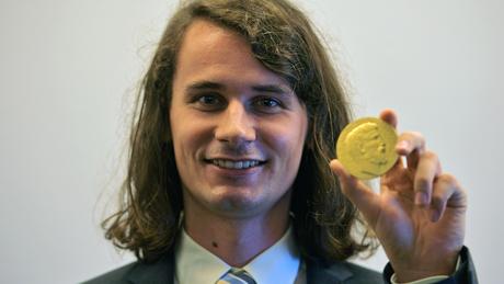 Peter Scholze exibindo sua medalha Fields em 2018. Ele tinha 30 anos quando ganhou o principal prêmio do mundo em matemática