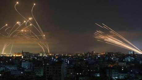 Imagem mostra luta entre mísseis disparados pelo Domo de Ferro de Israel (à esquerda) e foguetes do Hamas (à direita)