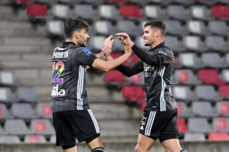 Lucas Paquetá e Bruno Guimarães foram titulares na vitória do Lyon (Foto: NICOLAS TUCAT / AFP)