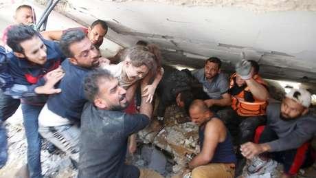 Menina foi resgatada dos escombros após Israel bombardear prédio em Gaza neste domingo