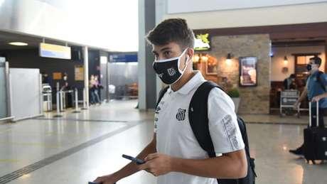 Gabriel Pirani no embarque do Santos para a Bolívia (Foto: Divulgação/SantosFC)