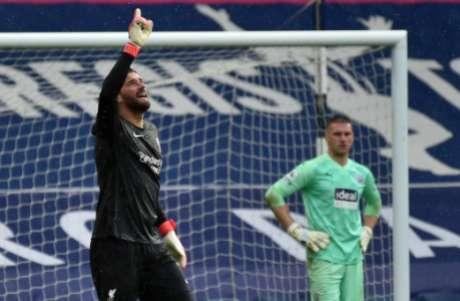 Alisson dedicou gol ao pai, que faleceu em fevereiro (Foto: RUI VIEIRA / POOL / AFP)