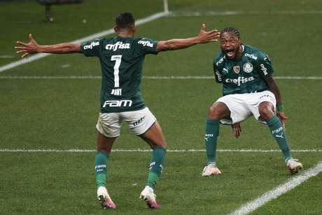 Luiz Adriano jogador comemora seu gol com Rony em partida contra o Corinthians, neste domingo 16/05/2021