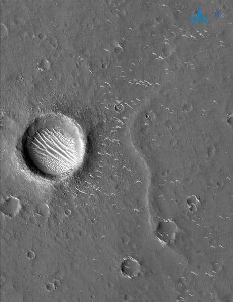 Imagem em preto e branco da superfície de Marte, capturada pela Tianwen 1