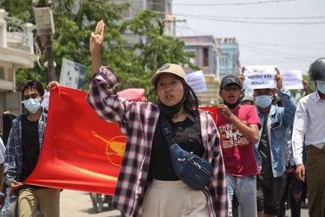 Protestos em Myanmar pró-democracia ocorrem diariamente desde o início de fevereiro