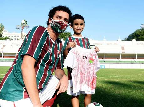 O pequeno Raphael Magalhães, de 5 anos, ganhou o uniforme oficial do Fluminense depois de viralizar com a sua camisa improvisada