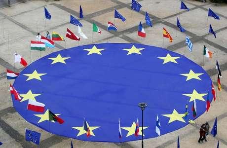 Bandeira da União Europeia rodeada por bandeiras de países da região. 8/5/2021.  REUTERS/Yves Herman