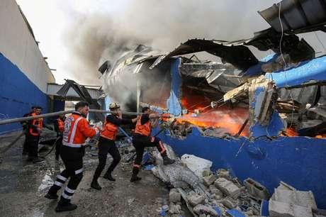 Bombeiros palestinos apagam chamas de fábrica atingida por míssil de Israel 17/05/2021 REUTERS/Ashraf Abu Amrah