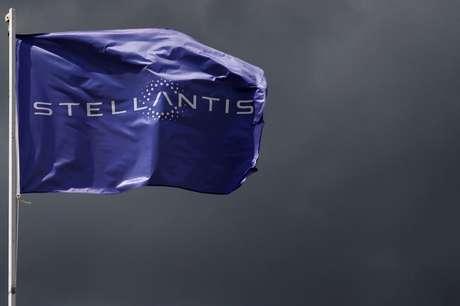 Bandeira com logotipo da montadora Stellantis. 5/5/2021. REUTERS/Gonzalo Fuentes