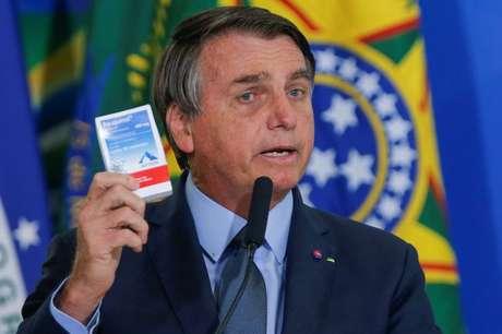 Presidente Jair Bolsonaro segura caixa de cloroquina em cerimônia do Palácio do Planalto 16/09/2020 REUTERS/Adriano Machado
