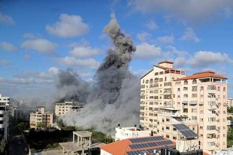 Fumaça em Gaza após ataque aéreo de Israel  17/5/2021   REUTERS/Suhaib Salem