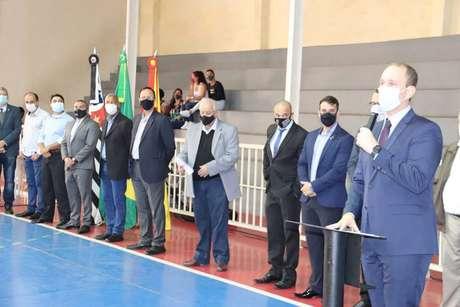 O prefeito Rodrigo Manga, do Republicanos (ao microfone) em cerimônia de instalação da escola cívico-militar na Matheus Maylasky, em Sorocaba, interior de São Paulo
