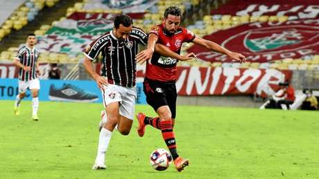 A disputa entre Fred e Isla, no Maracanã, no primeiro jogo da final do Carioca (Foto: Mailson Santana/Fluminense FC)