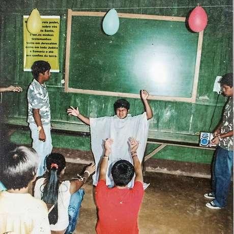 Jovens de aldeia em escola dominical