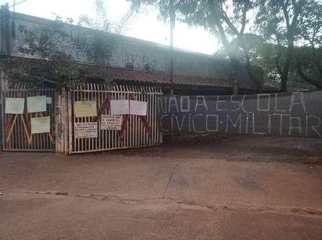 Mães de alunos protestaram contra a militarização do ensino fixando cartazes na entrada da escola municipal Matheus Maylasky, em Sorocaba