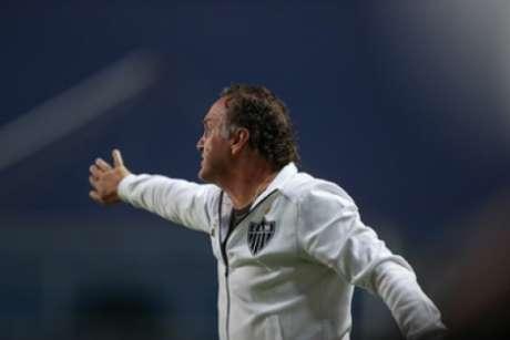 Cuca se irritou com o questionamento feito por um repórter sobre a perda de força no ataque pelo time que iniciou o clássico contra o América-MG-(Pedro Souza/Atlético-MG)
