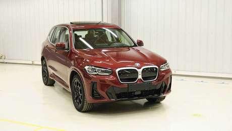 Versão elétrica do BMW X3, o iX3 conta com grade fechada.