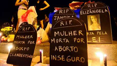 Pessoas favoráveis à descriminalização do aborto argumentam que legislação atual resulta em mortes de mulheres em abortos clandestinos