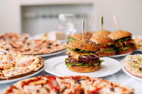 Pizzas e hambúrgueres são uma das opções favoritas