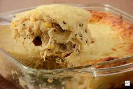 Guia da Cozinha - Torta de pão de forma e frango na travessa para provar o quanto antes