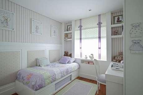 11. A almofada infantil decorativa lilás se conecta com a decoração do quarto. Fonte: Andrea Teixeira & Fernanda Negrelli