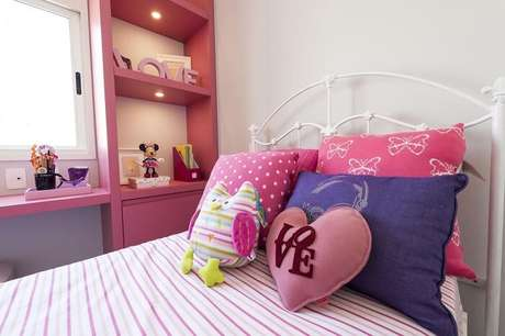 41. Coloque sobre a cama diferentes modelos de almofada infantil. Fonte: Carla Cuono Arquitetura e Interiores