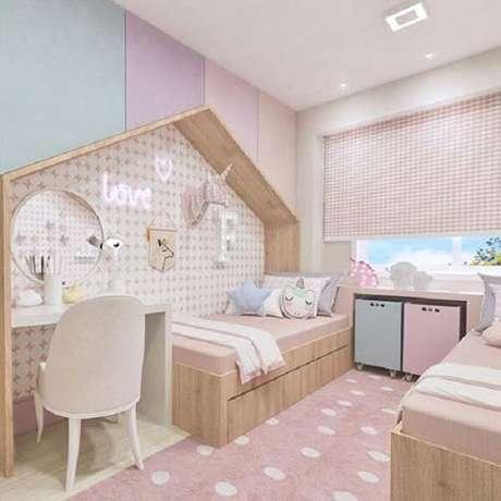 42. Cômodo funcional e alegre com almofadas decorativas para quarto infantil. Fonte: Pinterest