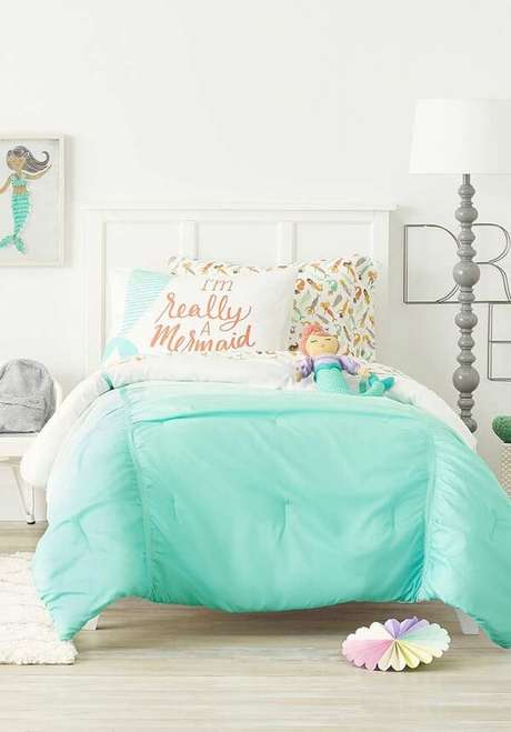 31. As almofadas decorativas para quarto infantil trazem um toque de cor para a cama branca. Fonte: Revista Viva Decora 2