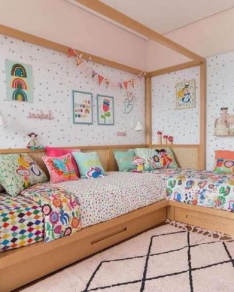 32. As almofadas infantil decorativas combinam com aos lençóis de cama. Fonte: Hana Lerner Arquitetura e MOOUI