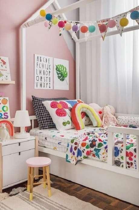43. Decoração alegre e colorida com almofada infantil personalizada. Fonte: MOOUI