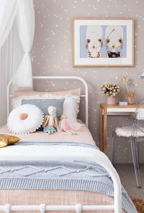 48. Papel de parede estrelado e almofada de crochê infantil decoram o quarto. Fonte: Revista Viva Decora