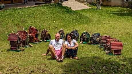Projeto sustentável, criado por casal, converte lixo em arte.