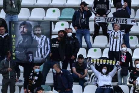 Torcedores estiveram presentes no Mapei Stadium (Foto: MIGUEL MEDINA / AFP)