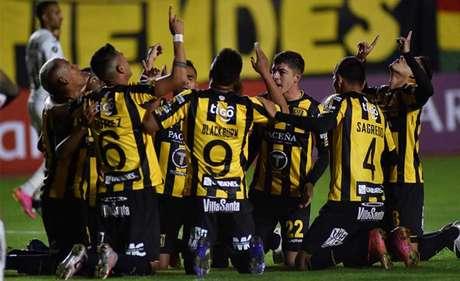 Jogadores do The Strongest comemoram gol contra o Peixe (Foto: Javier MAMANI / POOL / AFP)