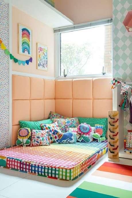 10. Quarto colorido com kit almofadas infantil. Fonte: MOOUI