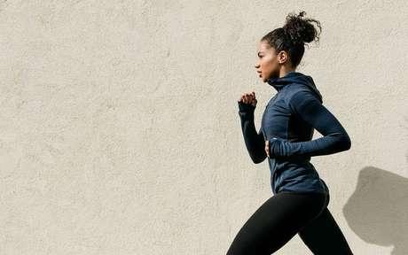 Mulher corre após obter informações dos mitos sobre atividades físicas