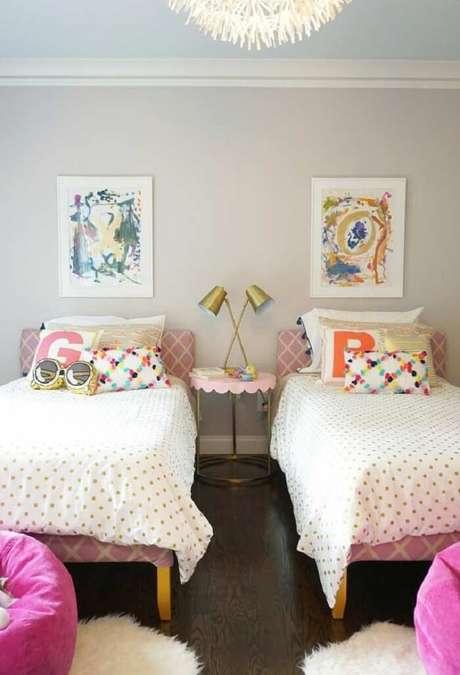 6. Luminária dourada e almofadas decorativas para quarto infantil. Fonte: Revista Viva Decora 2