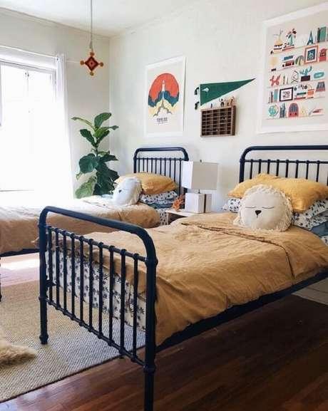 29. As almofadas decorativas infantil decoram a cama de ferro do quarto compartilhado. Fonte: Revista Viva Decora