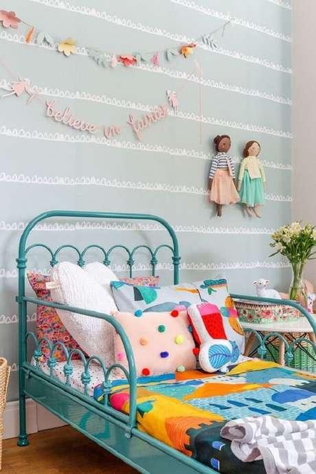 37. Cama de ferro azul com diferentes modelos de almofada infantil. Fonte: Mooui
